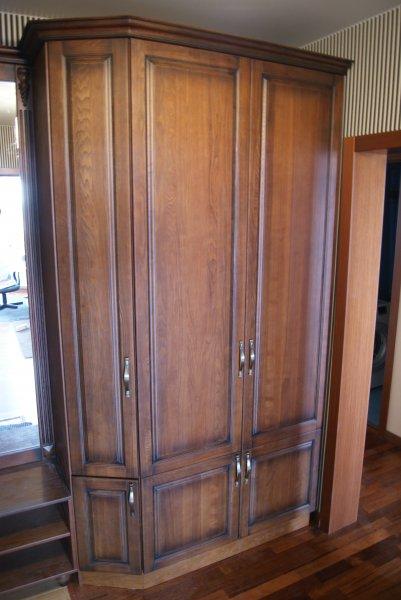 Прямой шкаф с вешалкой